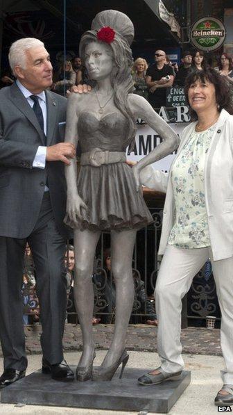 amy-estatua01